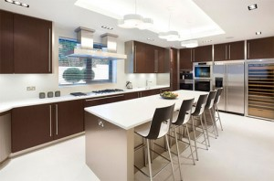 Brown kitchen colors provides warmth and comfort equipped with the peninsula