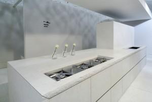 Mediterranean minimalisms kitchen Using porphyry stone cedar wood steel