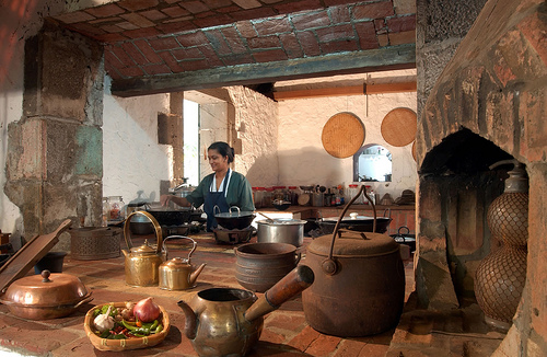 traditional kitchens in rural America optimize air circulation and natural lighting