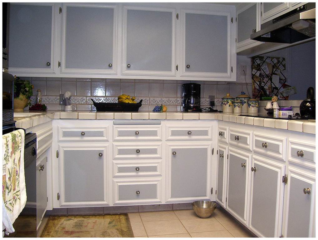 Two tone painted kitchen cabinets two tone kitchen cabinet for Two tone kitchen ideas